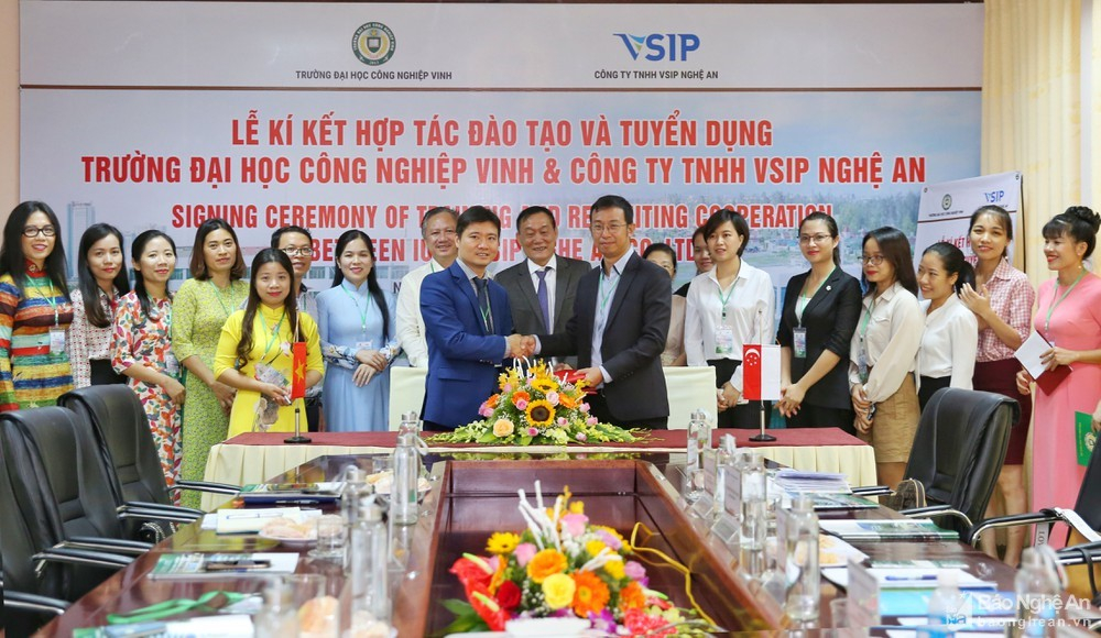 Industrial University of Vinh signed an MOU on training and labor supply contract for VSIP Nghe An